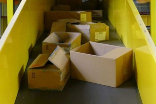 High packaging volume due to seasonal factors: Large ripper handles up to 1,000 kg of cardboard articles per hour